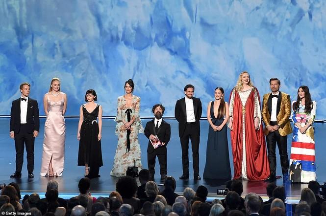 'Mẹ rồng' Emilia Clarke 'thả rông' tại Emmy, tái ngộ dàn sao Game of Thrones - ảnh 13