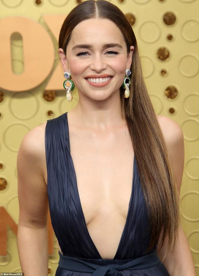 'Mẹ rồng' Emilia Clarke 'thả rông' tại Emmy, tái ngộ dàn sao Game of Thrones - ảnh 2