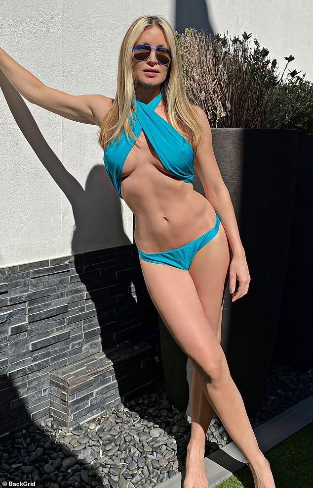 Caprice Bourret 'bốc lửa' với bikini ở tuổi 48, khoe kỹ năng yoga điêu luyện - ảnh 1