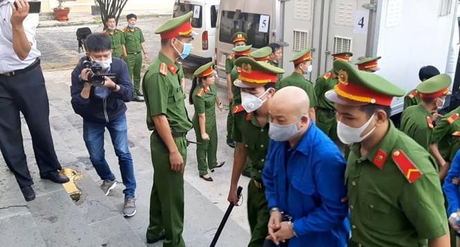 Cảnh sát áp giải cựu Bộ trưởng Đinh La Thăng cùng 18 bị cáo vào tòa - ảnh 1