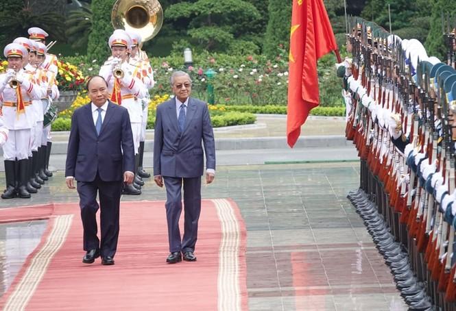 Thủ tướng Nguyễn Xuân Phúc đón, hội đàm với Thủ tướng Malaysia - ảnh 1