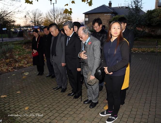 Đại sứ Việt Nam tại Anh đặt hoa tưởng niệm 39 người chết trên xe tải - ảnh 7
