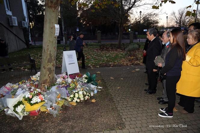 Đại sứ Việt Nam tại Anh đặt hoa tưởng niệm 39 người chết trên xe tải - ảnh 6