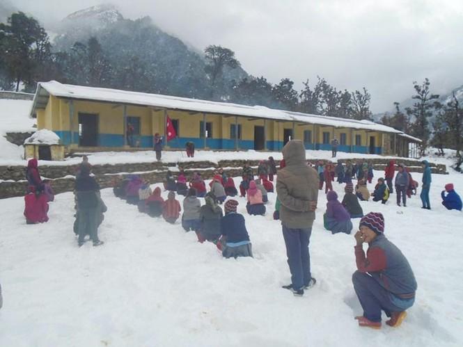 Tuyết rơi không ngừng, học sinh vẫn ngồi học giữa trời  - ảnh 2