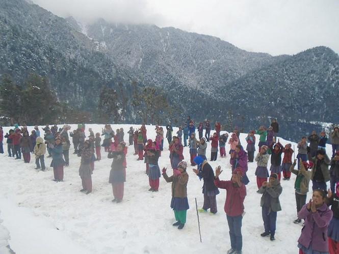Tuyết rơi không ngừng, học sinh vẫn ngồi học giữa trời  - ảnh 1