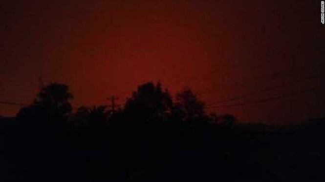 Hàng ngàn dân Úc mắc kẹt ở bãi biển vì cháy rừng - ảnh 1