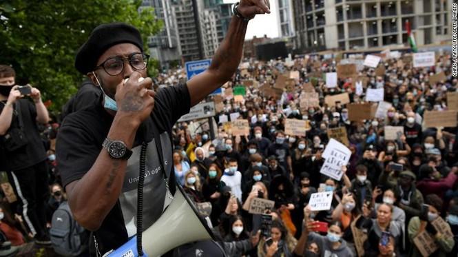 Người biểu tình London ném tượng người buôn nô lệ xuống sông  - ảnh 1