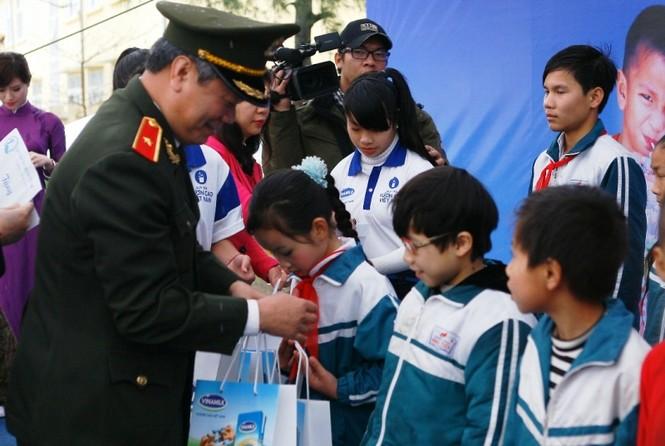 Trẻ em huyện đảo Cô Tô nhận gần 50.000 ly sữa Vinamilk - ảnh 2