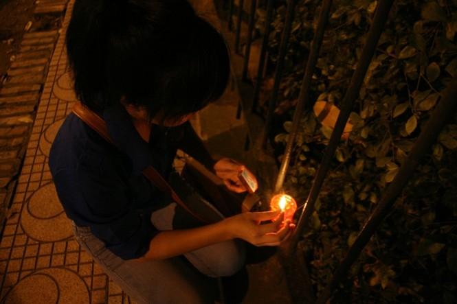Lung linh ánh nến trước cổng nhà Đại tướng Võ Nguyên Giáp - ảnh 11