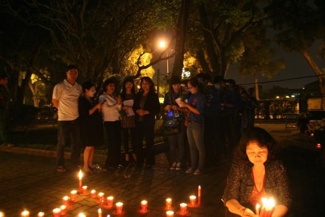 Lung linh ánh nến trước cổng nhà Đại tướng Võ Nguyên Giáp - ảnh 9