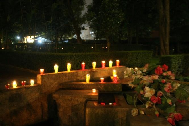 Lung linh ánh nến trước cổng nhà Đại tướng Võ Nguyên Giáp - ảnh 2