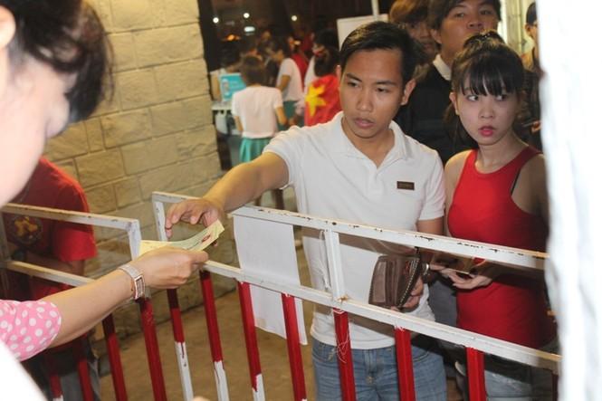 CĐV Sài Gòn cuồng nhiệt trước trận chung kết - ảnh 1