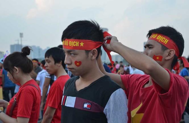 Hàng nghìn CĐV hâm nóng sân Mỹ Đình trước trận chung kết - ảnh 7