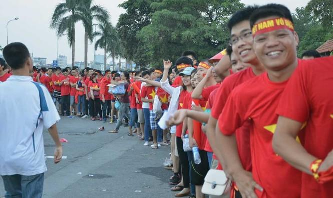 Hàng nghìn CĐV hâm nóng sân Mỹ Đình trước trận chung kết - ảnh 6