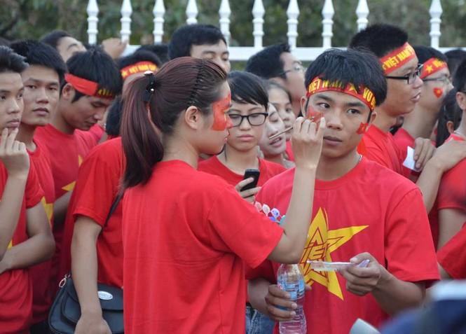 Hàng nghìn CĐV hâm nóng sân Mỹ Đình trước trận chung kết - ảnh 2