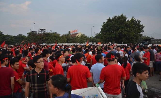 Hàng nghìn CĐV hâm nóng sân Mỹ Đình trước trận chung kết - ảnh 8