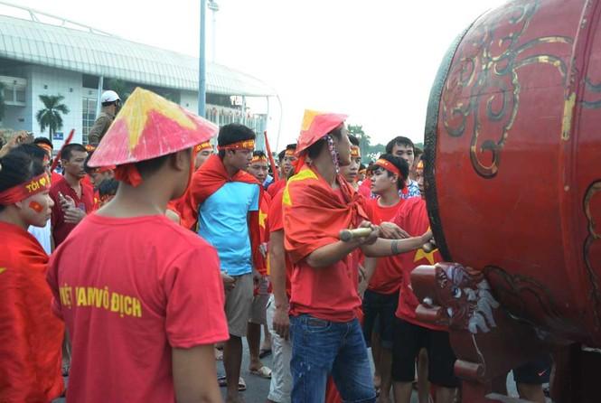Hàng nghìn CĐV hâm nóng sân Mỹ Đình trước trận chung kết - ảnh 3
