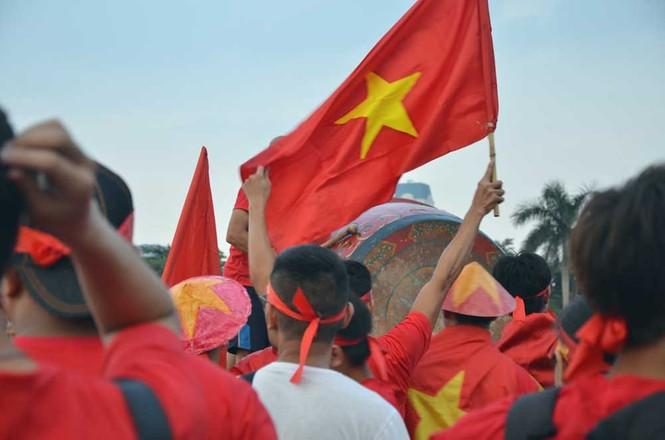 Hàng nghìn CĐV hâm nóng sân Mỹ Đình trước trận chung kết - ảnh 5