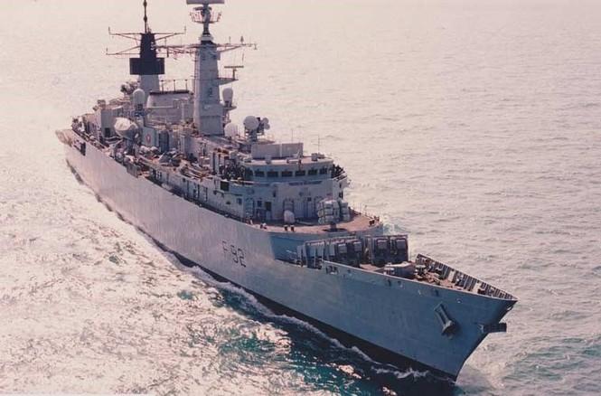 Tàu chiến Anh 'hết đát' trưng dụng làm bia tập bắn - ảnh 1