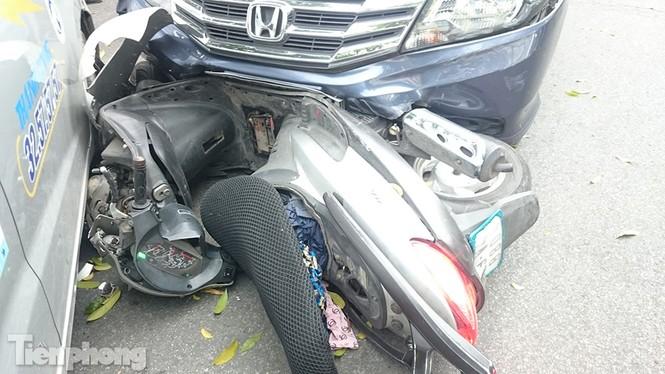 Honda City đâm loạn xạ như phim giữa ngã tư - ảnh 1