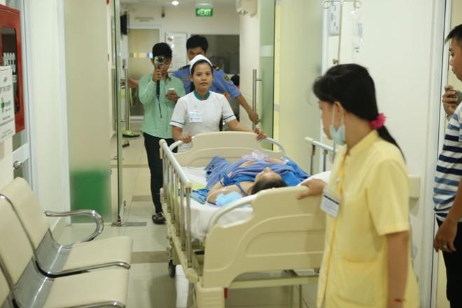 Phan Hiển nắm chặt tay Khánh Thi sau ca sinh quý tử - ảnh 3