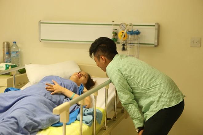 Phan Hiển nắm chặt tay Khánh Thi sau ca sinh quý tử - ảnh 6