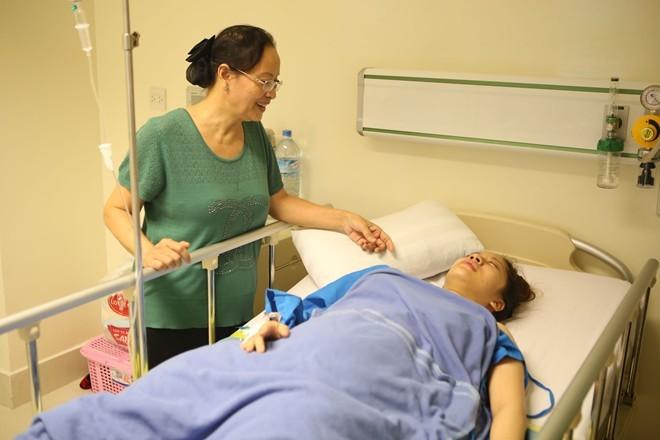 Phan Hiển nắm chặt tay Khánh Thi sau ca sinh quý tử - ảnh 8