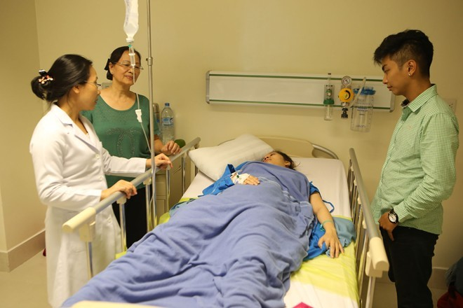 Phan Hiển nắm chặt tay Khánh Thi sau ca sinh quý tử - ảnh 9
