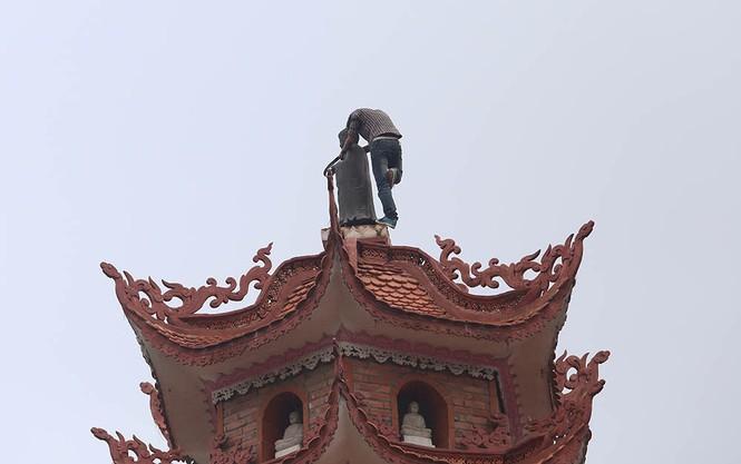 Sau 3 tiếng 'hóng mát', thanh niên nhảy từ nóc tòa tháp 11 tầng - ảnh 1