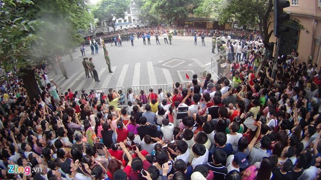 Muôn kiểu xem diễu binh trên phố - ảnh 3