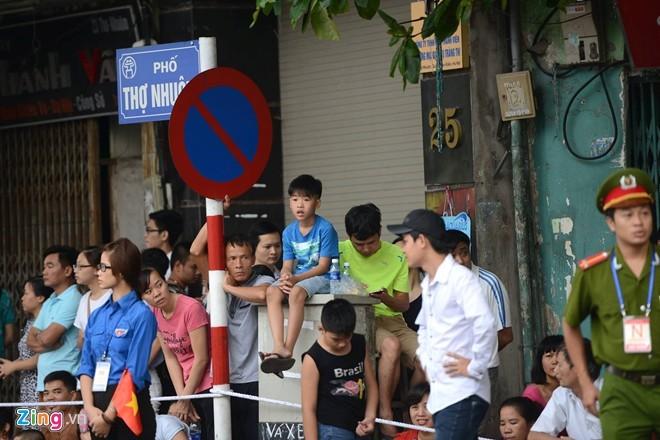 Muôn kiểu xem diễu binh trên phố - ảnh 7