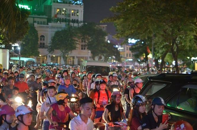 Đường phố Thủ đô tắc cứng đêm Trung thu - ảnh 1