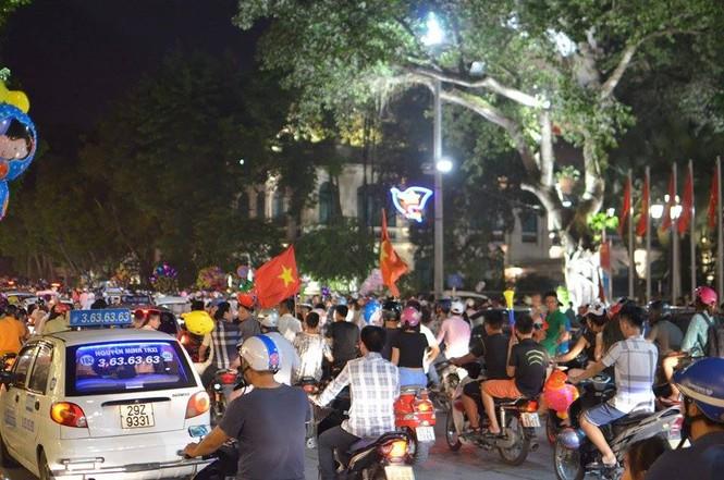 Đường phố Thủ đô tắc cứng đêm Trung thu - ảnh 13