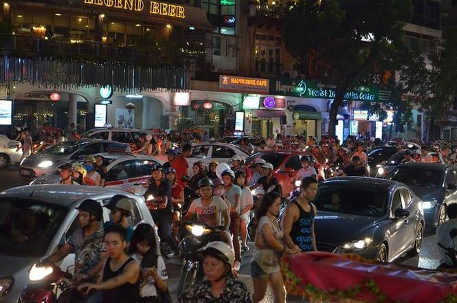 Đường phố Thủ đô tắc cứng đêm Trung thu - ảnh 7