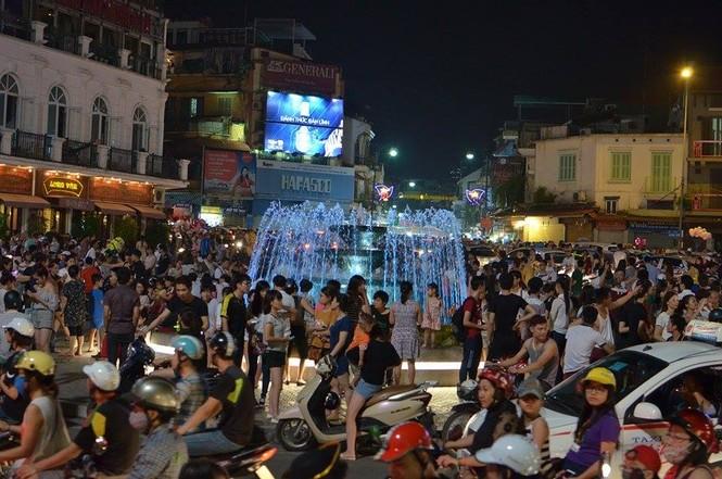 Đường phố Thủ đô tắc cứng đêm Trung thu - ảnh 6
