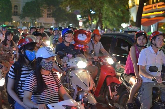 Đường phố Thủ đô tắc cứng đêm Trung thu - ảnh 14