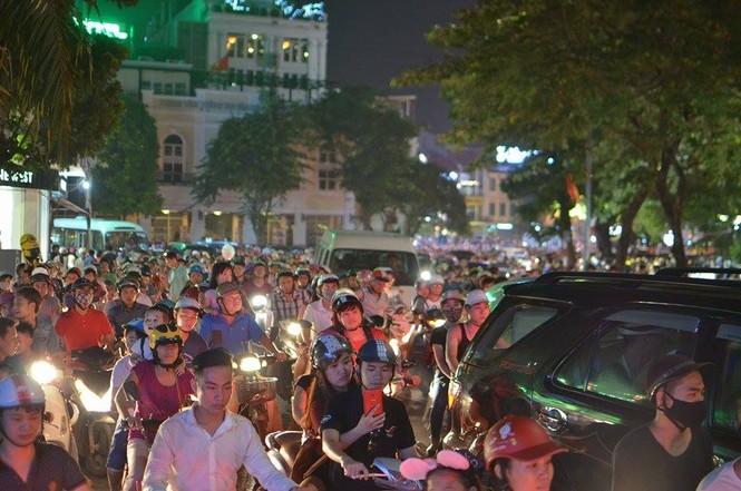 Đường phố Thủ đô tắc cứng đêm Trung thu - ảnh 11
