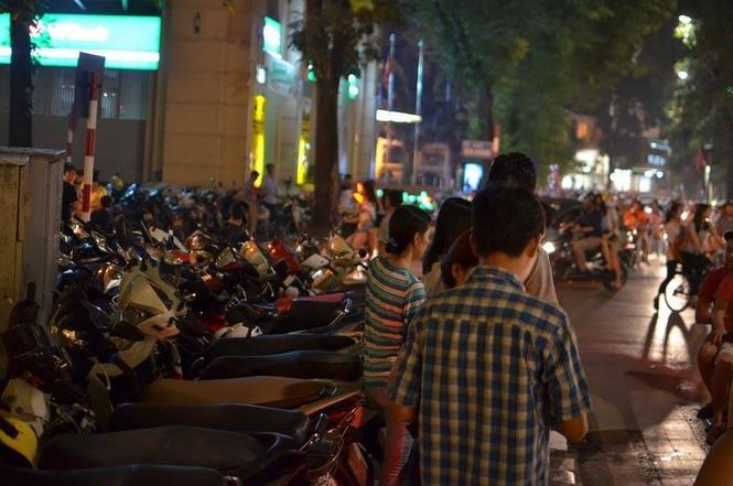 Đường phố Thủ đô tắc cứng đêm Trung thu - ảnh 8