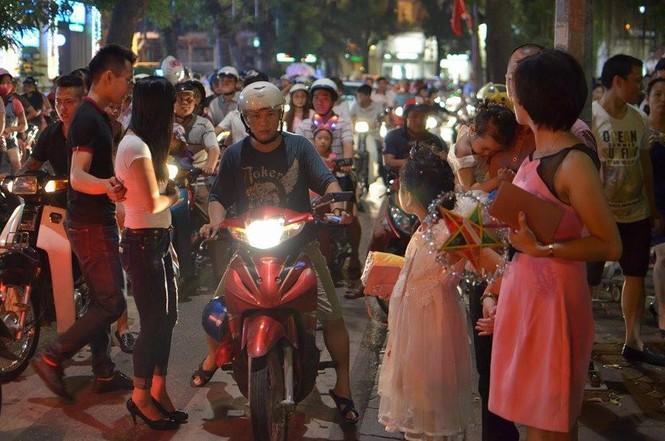 Đường phố Thủ đô tắc cứng đêm Trung thu - ảnh 5