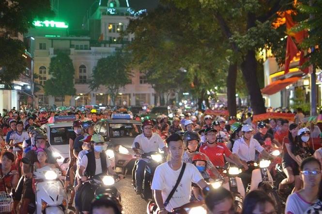 Đường phố Thủ đô tắc cứng đêm Trung thu - ảnh 4