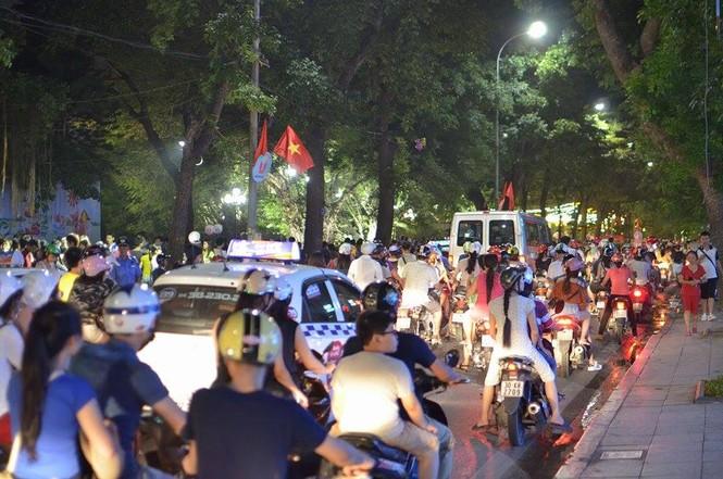 Đường phố Thủ đô tắc cứng đêm Trung thu - ảnh 3
