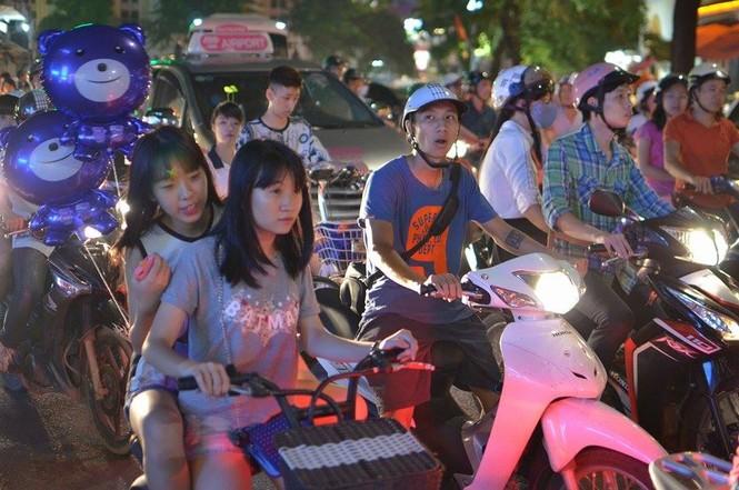 Đường phố Thủ đô tắc cứng đêm Trung thu - ảnh 10