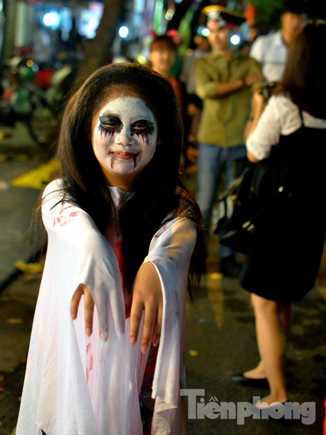 Ngàn 'Ác quỷ', 'tiên nữ' đổ bộ Hàng Mã đêm Halloween - ảnh 9