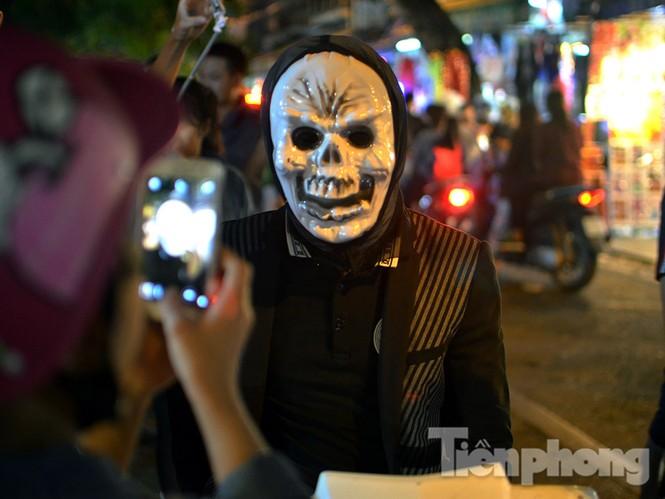 Ngàn 'Ác quỷ', 'tiên nữ' đổ bộ Hàng Mã đêm Halloween - ảnh 15