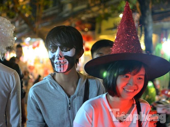 Ngàn 'Ác quỷ', 'tiên nữ' đổ bộ Hàng Mã đêm Halloween - ảnh 10