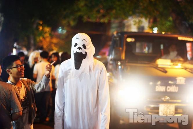 Ngàn 'Ác quỷ', 'tiên nữ' đổ bộ Hàng Mã đêm Halloween - ảnh 2