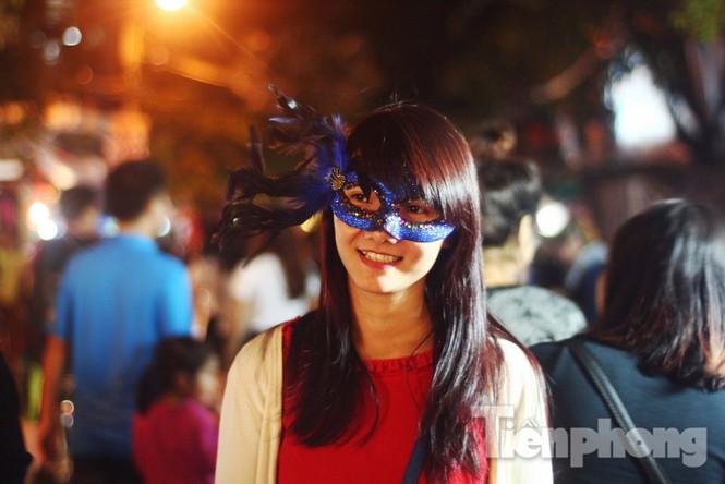 Ngàn 'Ác quỷ', 'tiên nữ' đổ bộ Hàng Mã đêm Halloween - ảnh 1