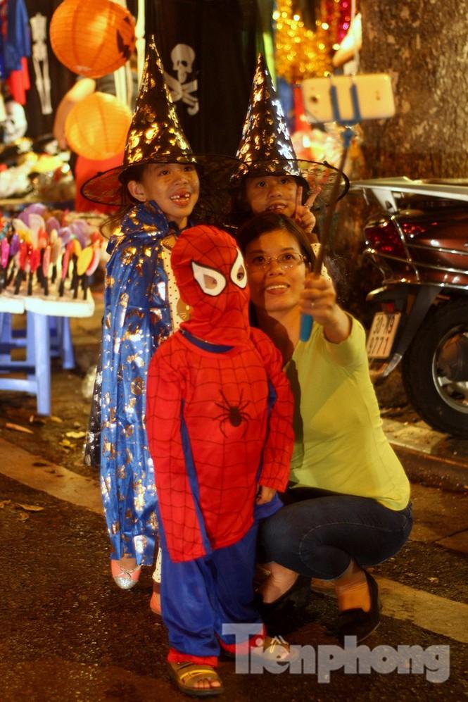 Ngàn 'Ác quỷ', 'tiên nữ' đổ bộ Hàng Mã đêm Halloween - ảnh 14