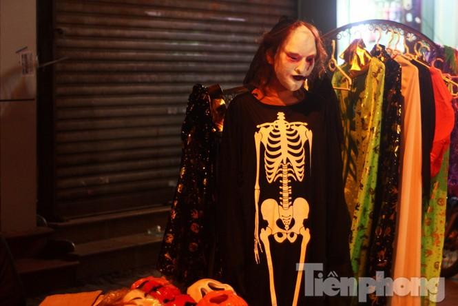 Ngàn 'Ác quỷ', 'tiên nữ' đổ bộ Hàng Mã đêm Halloween - ảnh 6