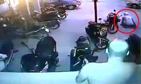 10 video 'hot': Nữ quái trộm tiền siêu nhanh trong cửa hàng đồ lót - ảnh 2